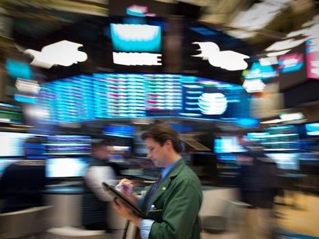 Wall Street, scrutant Washington, monte prudemment