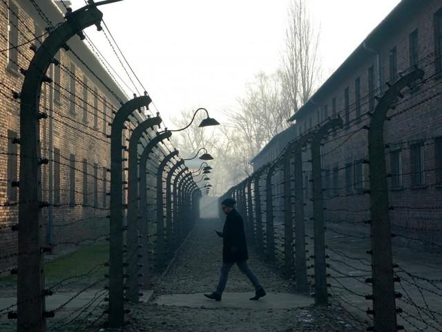 """VIDÉO. """"On perdait notre nom et on devenait un numéro"""": 75 ans après Auschwitz, un des derniers rescapés témoigne"""