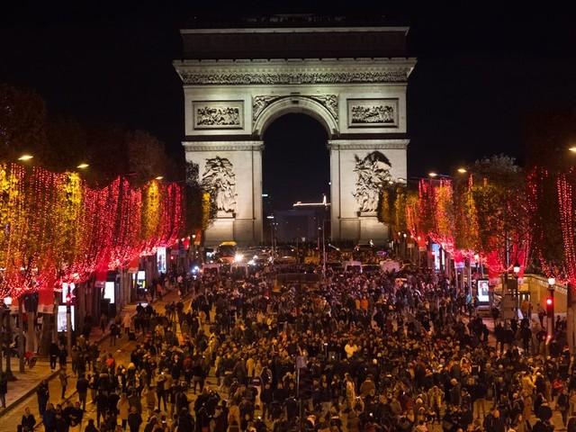 Les Champs-Élysées se parent de rouge pour Noël