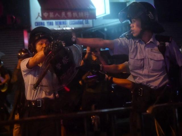 Escalade de violences à Hong Kong : la police tire avec une arme à feu, une première