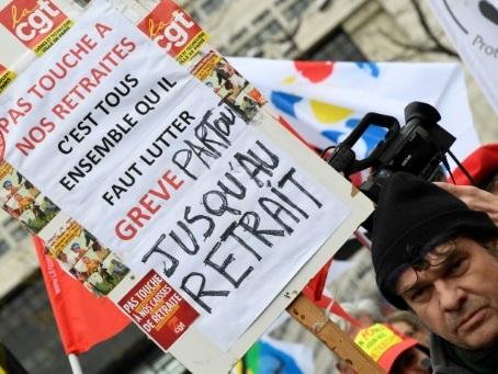Retraites: la mobilisation persiste, le gouvernement espère tourner la page