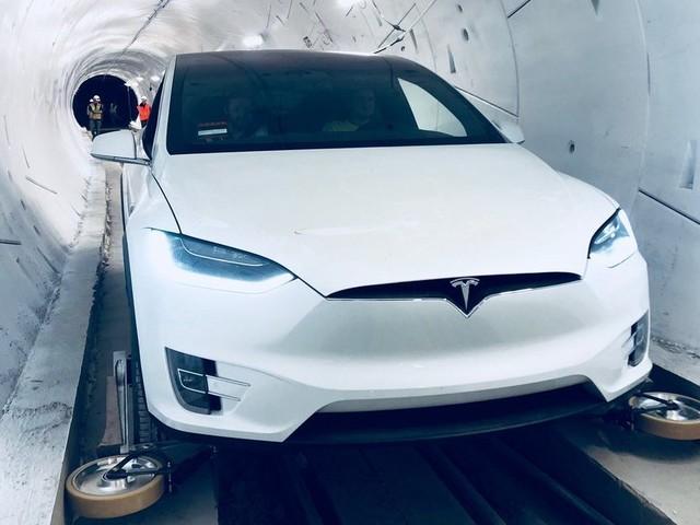 Elon Musk dévoile son tunnel pour foncer à 240 km/h sous une ville