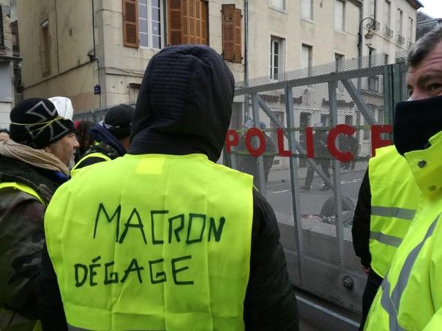 Emmanuel Macron durcit le ton face aux gilets jaunes