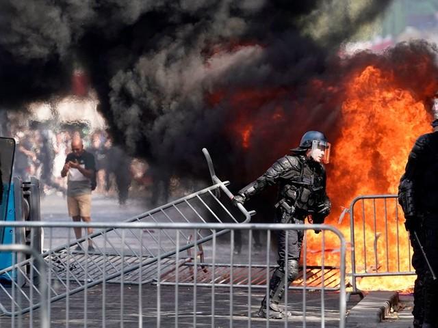 France: Heurts entre gilets jaunes et forces de l'ordre sur les Champs-Élysées