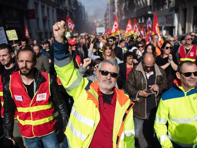 Retraites: les opposants tentent de maintenir la flamme