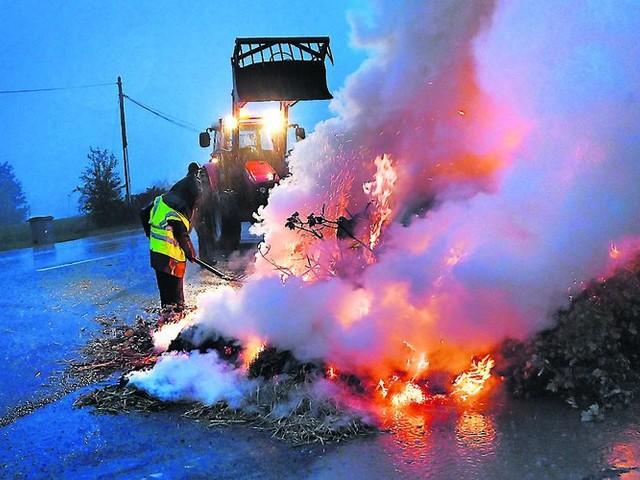 Les agriculteurs ont allumé des feux de détresse dans le Tarn ce mardi soir