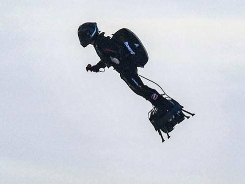 Franky Zapata réussit son pari en traversant la Manche à bord de sa machine volante (vidéo)