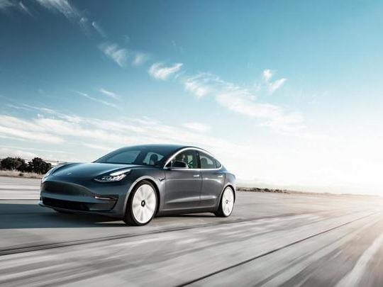 Une auto-école française adopte la Tesla Model 3