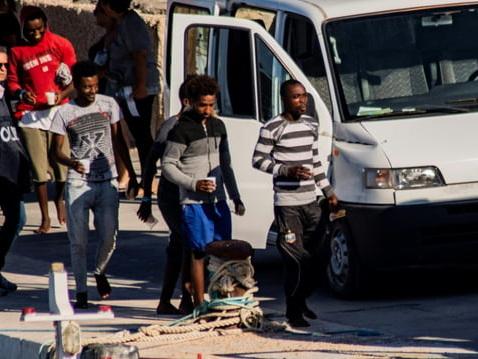 Italie: à contrecœur, Salvini laisse 27mineurs débarquer à Lampedusa