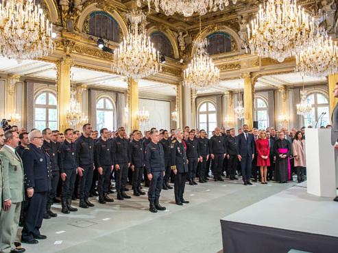 """""""Vous avez été exemplaires"""": Macron rend hommage aux """"héros"""" sauveteurs de Notre-Dame"""