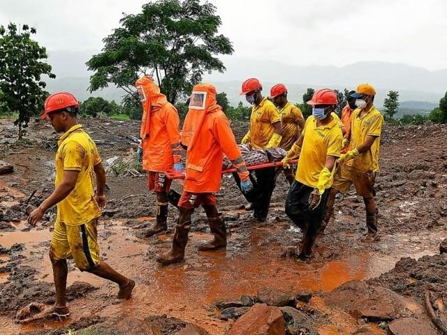 En Inde, les pluies de mousson ont fait au moins 115 morts, les secouristes dans la boue