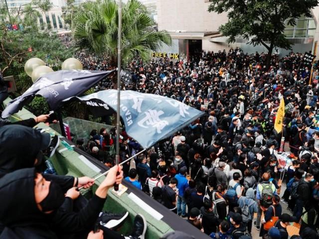 Hong Kong: Un chef de file des manifestants arrêté après des échauffourées