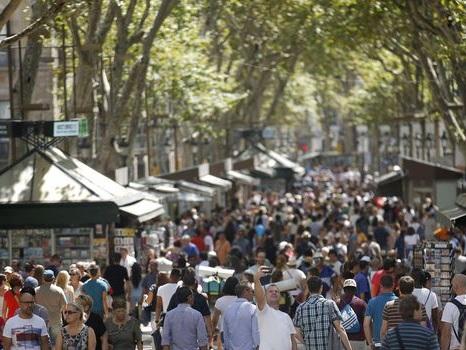 Barcelone: un van percute la foule, attaque terroriste confirmée