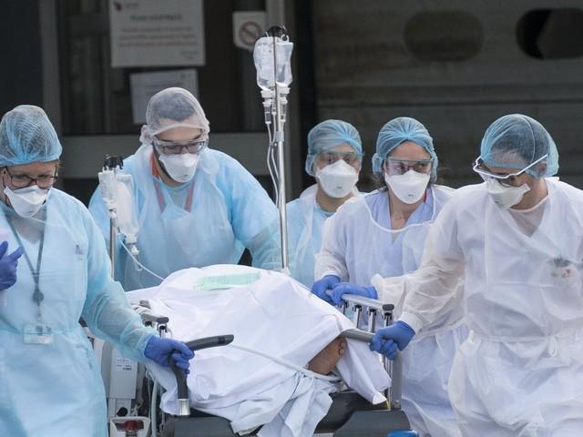 """EN DIRECT - Coronavirus : un """"pic d'admission à l'hôpital et en réanimation"""" attendu en France"""