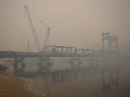 Feux de forêt en Australie - Début de l'évacuation par bateau, les touristes intimés de fuir les zones menacées