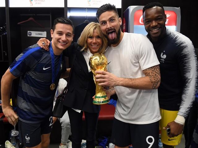 Brigitte Macron : élégante et euphorique pour la victoire des Bleus