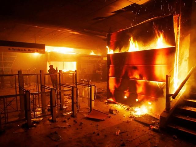 Chili : l'état d'urgence décrété à Santiago après de violentes manifestations dues à la hausse du prix du métro