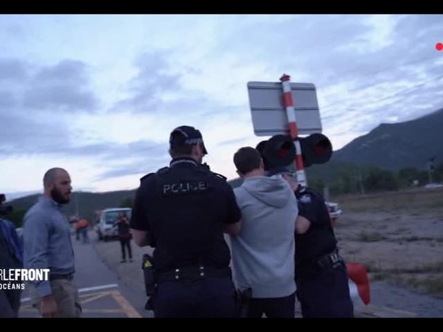 """""""Sur le front"""" : Les images de l'arrestation d'Hugo Clément en Australie"""