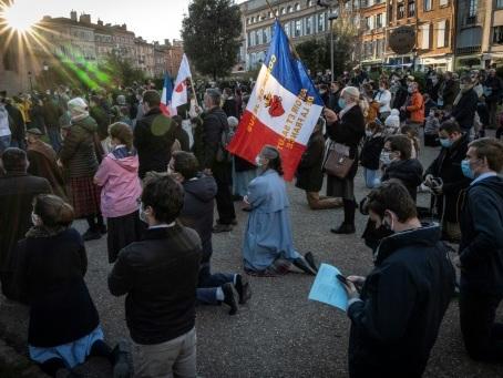 Nouveaux rassemblements de catholiques pour le retour de la messe