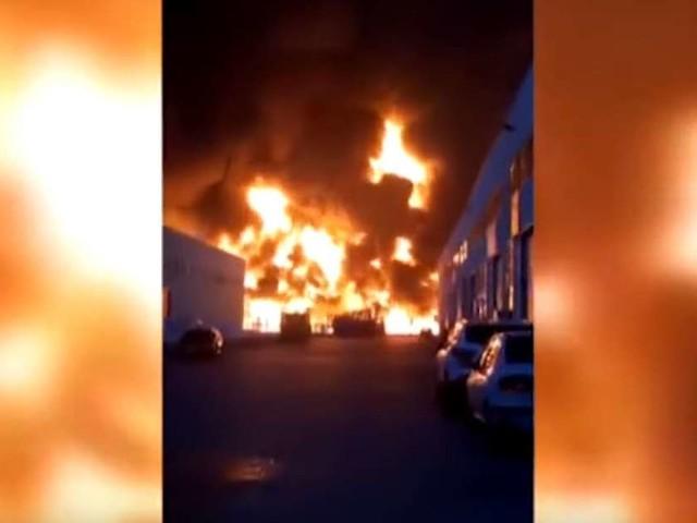 Vidéo. Spectaculaire incendie dans une usine chimique près de Barcelone, des milliers d'habitants confinés