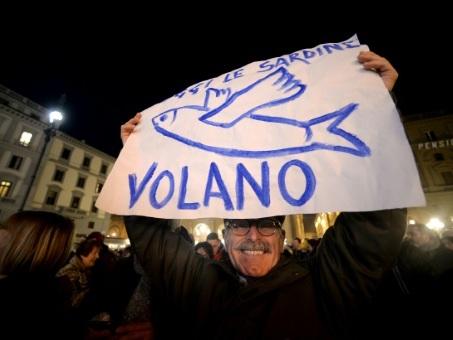 """Italie: des dizaines de milliers de """"sardines"""" à Florence contre l'extrême droite"""