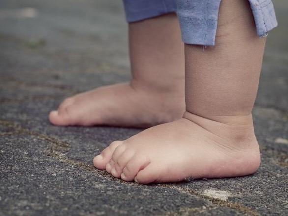 Mis à la porte de son domicile pieds nus et en pyjama, un enfant se présente au commissariat