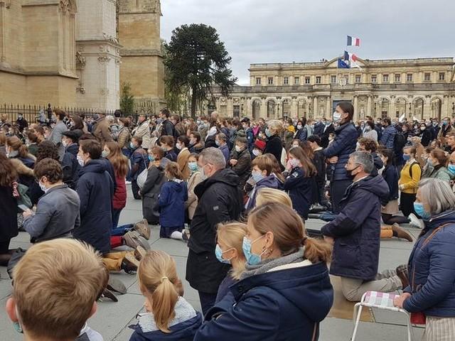 """""""On veut la messe!"""" : 300 catholiques rassemblés à Bordeaux pour réclamer la reprise des cérémonies"""