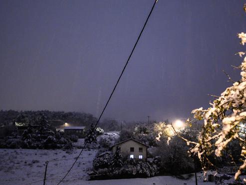 En France, les premières chutes de neige ont fait un mort et privé 140.000 foyers d'électricité