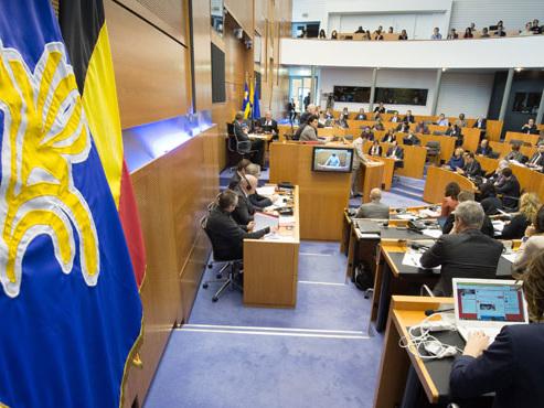 Suspension d'un accord sur la réforme des pensions des enseignants: le parlement francophone bruxellois déclenche un conflit d'intérêts
