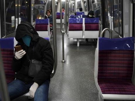 Assis dans le métro, les voyageurs d'un monde d'avant