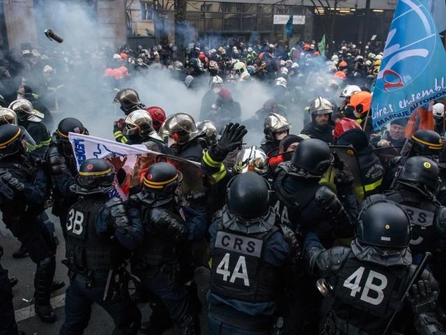 Manifestation à Paris : les images des échauffourées entre pompiers et forces de l'ordre