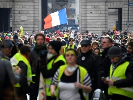 """""""Gilets jaunes"""": 2.000 manifestants à Rennes et tirs de gaz lacrymogènes"""