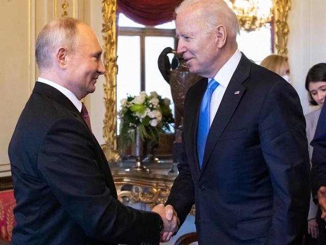 """Joe Biden et Vladimir Poutine jugent leur première rencontre """"positive"""" et """"sans animosité"""", mais..."""