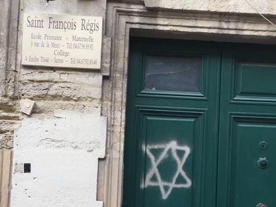 Un tag antisémite sur la porte de l'école Saint François-Régis, à Montpellier