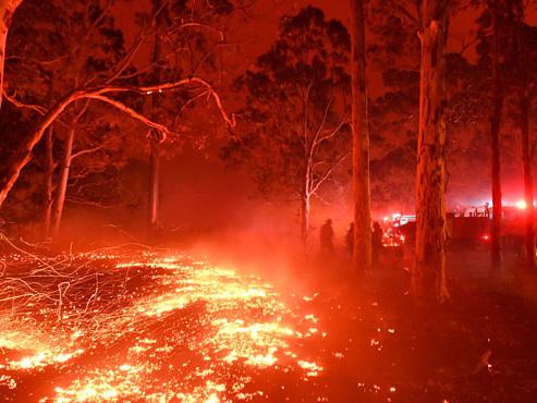 Australie: au moins deux morts et cinq disparus dans les violents incendies, les habitants et touristes se réfugient sur les plages