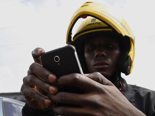 À Lagos, mégapole africaine de 20 millions d'habitants: des sortes de Uber avec taxi-moto contre les bouchons