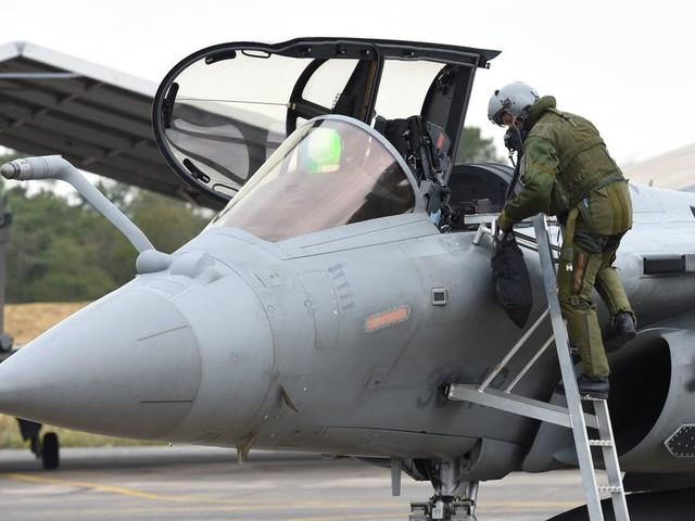 Bizutage: un militaire ligoté sous la mitraille d'avions de chasse