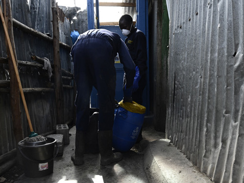 """""""Quand j'ai commencé, il y avait des sacs d'excréments partout"""": au Kenya, Ricky installe des toilettes dans les bidonvilles (photos)"""