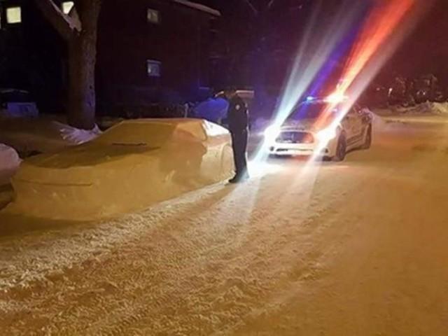 La sculpture de neige d'une voiture mal garée reçoit une contravention