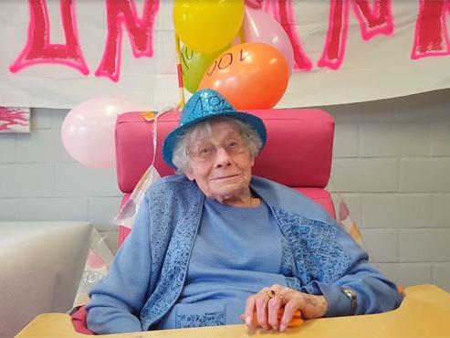 Confinée dans son home à Courcelles, Émilienne a fêté ses 100 ans: bouleversée, elle voit apparaître sa famille par surprise (vidéo)
