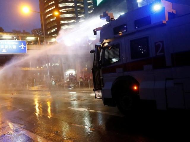 À Hong Kong, la police utilise des canons à eau contre des manifestants