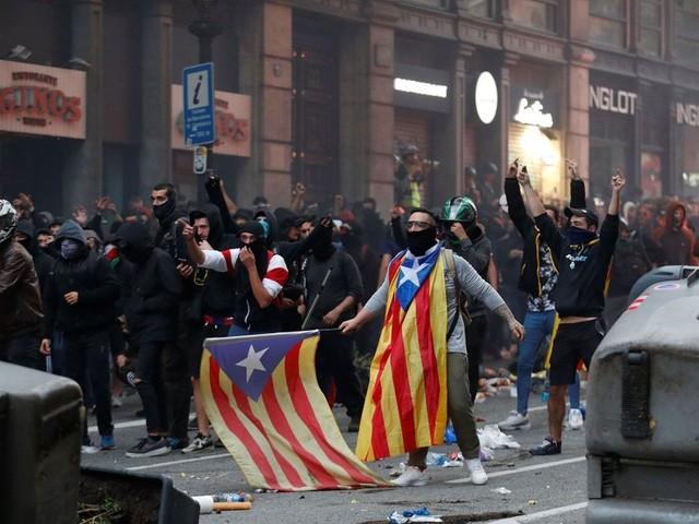 Manifestation indépendantiste monstre et nouveaux heurts à Barcelone