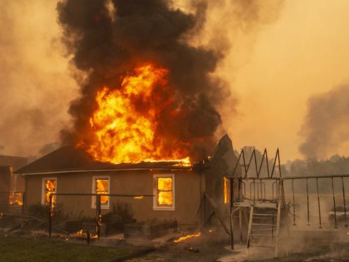 La Californie touchée par de violents incendies: 50.000 personnes ont dû quitter leur maison (photos)