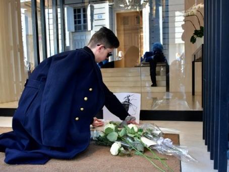 """Rue Cambon, chez Chanel, des roses blanches pour une """"légende"""""""