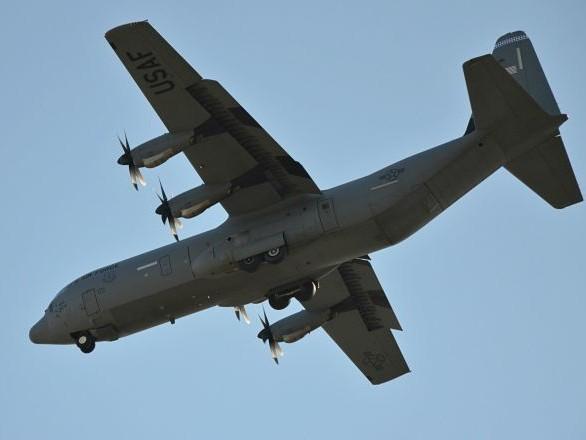 Un homme serait tombé d'un avion de transport militaire US en plein vol