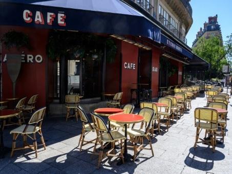 """La France à la veille du retour à une vie """"presque normale"""""""