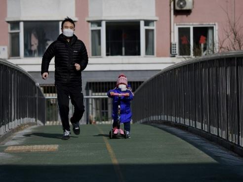 Virus en Chine: pire bilan quotidien des décès, évacuation imminente des Français