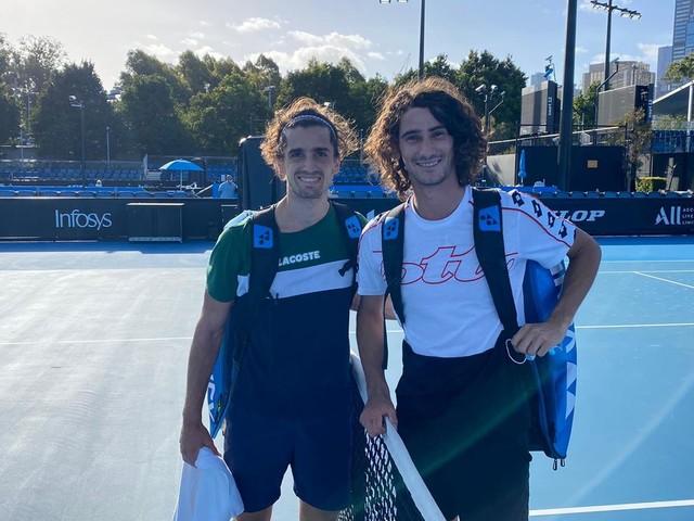"""Un tennisman dans sa bulle. """"Ça fait plaisir d'être dehors et de jouer au tennis"""" : une première séance d'entraînement sous surveillance à Melbourne"""