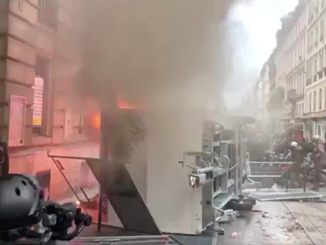 Grève du 5 décembre : tensions place de la République à Paris lors de la manifestation