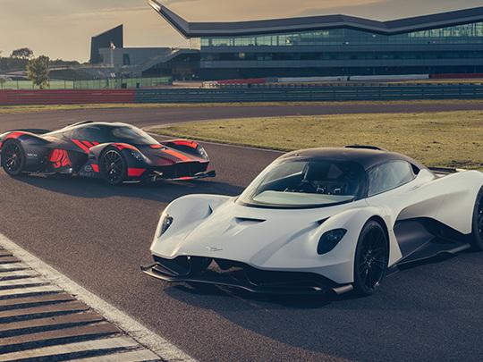 Les Aston Martin Valkyrie et Valhalla en action sur circuit